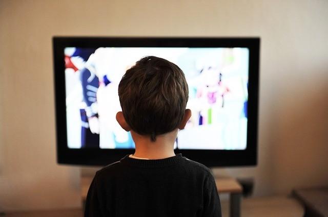 ¿Por qué no es bueno que los niños vean demasiado la televisión?